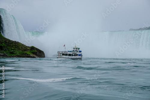 Foto op Canvas Schipbreuk Chutes du Niagara