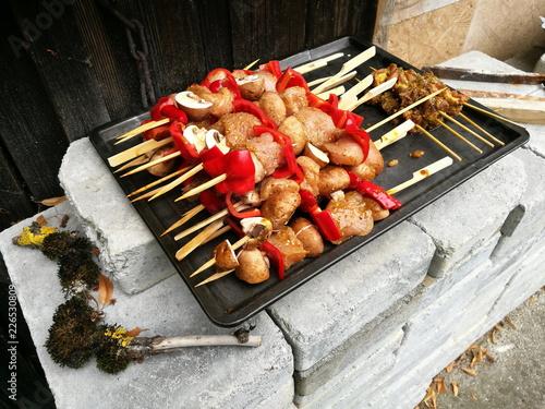 Valokuva  Barbecue mit Grillspießen mit Geflügel, Paprika und Pilzen auf einem Backblech a