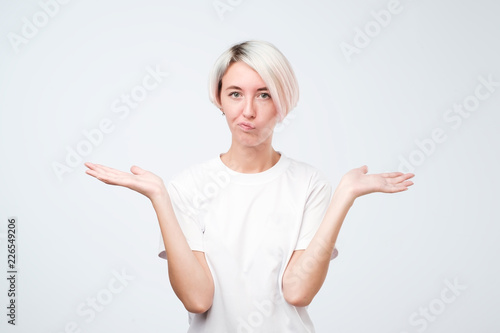 Fotografia Pretty european girl with short hairstyle do not know what to do