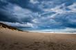 Sandstrand mit dramatischen Wolken