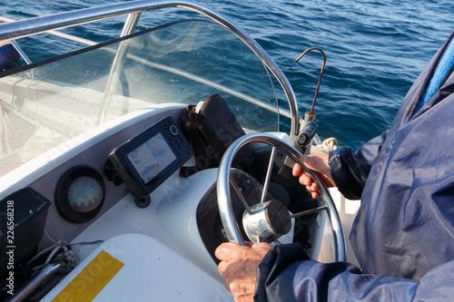Marin conduisant un bateau
