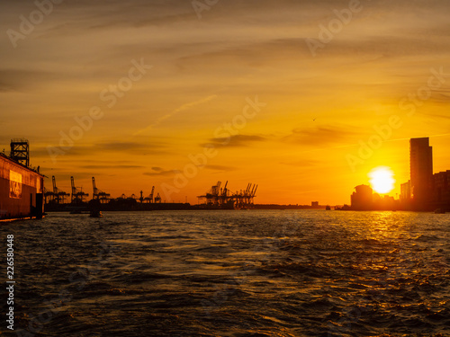 In de dag Schip Hamburg, Germany. Tour with the boat in the port at sunset