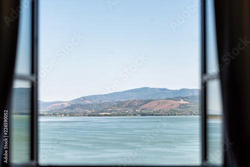 Photo  Lake Trasimeno in Castiglione del Lago, Umbria, Italy landscape view from open w
