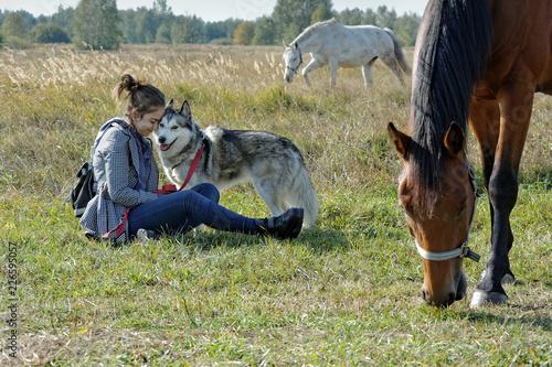 Fotografie, Obraz  Dziewczyna spaceruje z psem