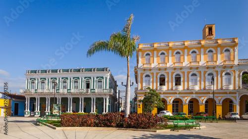 Foto  Colonial houses facing Serafin Sanchez Park, Sancti Spiritus, Cuba