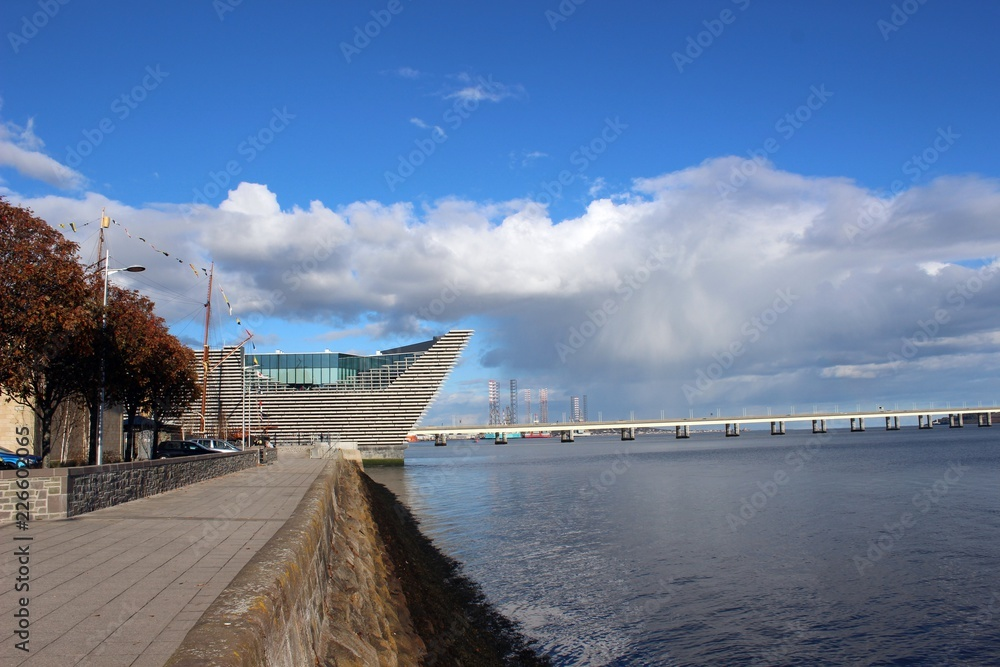 Fototapety, obrazy: The V&A Museum from the west and the Firth of Tay, Dundee.