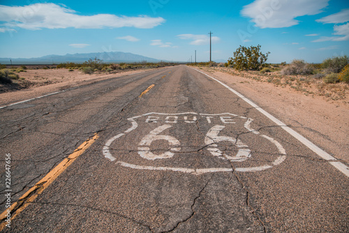 Foto auf AluDibond Route 66 Route 66 sign on road and blue sky