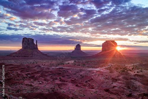 In de dag Donkerblauw Sunrise in Monument Valley Navajo Tribal Park, Utah