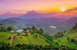Kisoro Uganda piękny zachód słońca nad górami i wzgórzami pastwisk i farm w wioskach Ugandy. Niesamowite kolorowe niebo i niesamowity krajobraz, aby podróżować i podziwiać piękno przyrody w Afryce