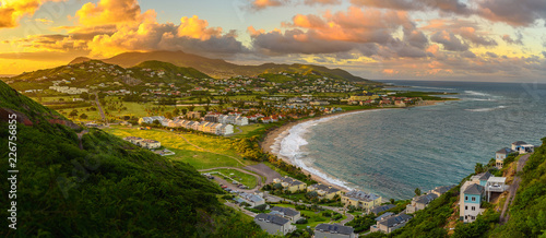 Photo  Panorama of Saint Kitts and its capital Basseterre during sunset, beautiful green mountains and a beach in paradise caribbean island with amazing green and orange colors