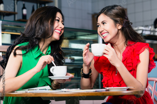 Photo  Two female best friends talking and sharing memories while drinking together a c