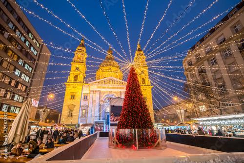 Weihnachtsmarkt auf dem St. Stephans Platz in Budapest, Ungarn Canvas Print