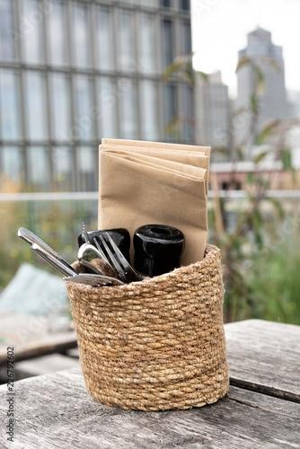 Photo Besteckkorb auf Holztisch unter freiem Himmel oben auf der Dachterrasse des  Hot