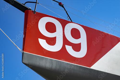 """Photographie  Le chiffre """"99"""" sur fond rouge à bord du bateau"""