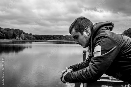 Задумчивый мужчина смотрит в воду Billede på lærred