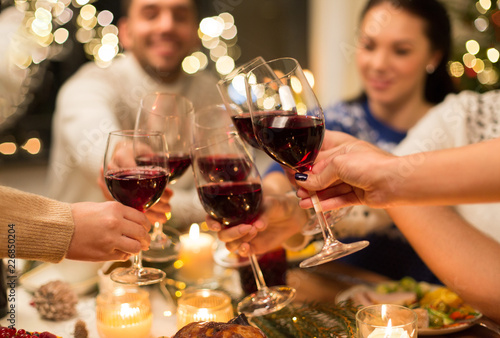 Cuadros en Lienzo holidays and celebration concept - close up of happy friends having christmas di