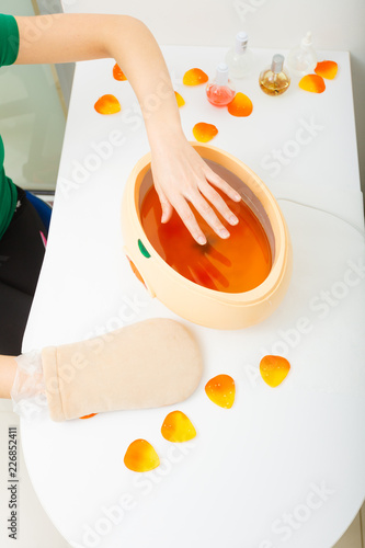 Fotografía Woman getting paraffin hand treatment at beautician