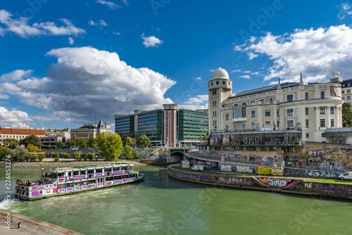 Der Donaukanal mit dem Urania Observatorium in der Innenstadt von Wien, der Hauptstadt Österreichs