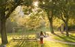 Park, siłownia na świeżym powietrzu. Dziewczynka podczas popołudniowego spaceru.