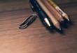 Stifte und eine Büroklammer