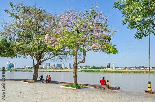 Obraz na płótnie Preah Sisowath Quay, a public promenade on the bank of the Mekong River in Phno