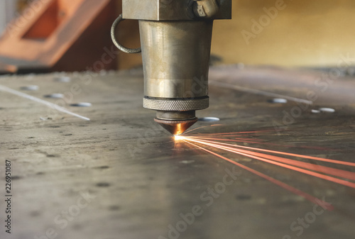 Poster de jardin Metal laser machine cuts a thick sheet of metal with sparks