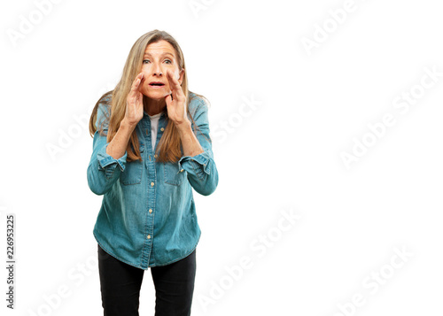 Photo  senior beautiful woman leaning forward and whispering a secret with a serious an