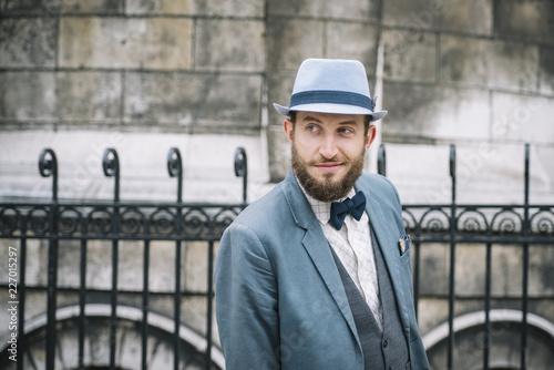 Portrait d'homme au style retro, avec barbe, chapeau et noeud papillon