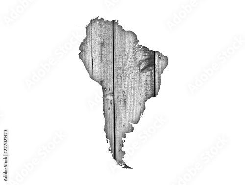 Fotografía  Karte von Südamerika auf verwittertem Holz