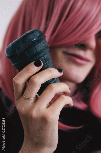 Photo  a girl with pink hair and black lacquer on her nails holds a black ice cream in