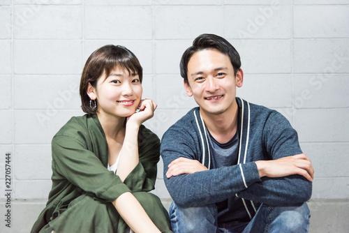 Fotografía  笑顔で座り会話するカップル