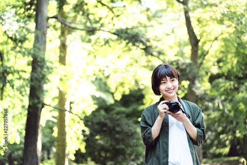 新緑の中、カメラを構える女の子
