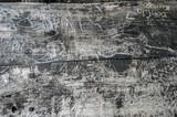 napisy wydrapane lub wypalone na starej drewnianej ławie parkowej