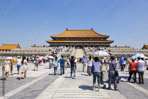 Foto op Plexiglas Peking Tourists visiting the famous Forbidden City in Beijing, China