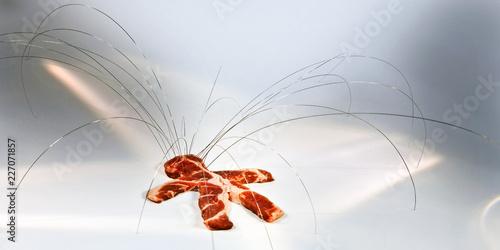 obiekt humanoid leżący w poświacie promieniuje metalowymi promieniami ze strun