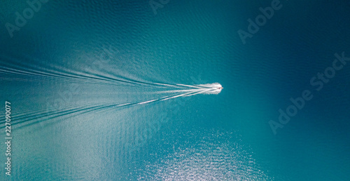 drone-widok-lodzi-zeglowanie-po-niebieskich-wodach-jasnych-jeziora-tahoe-w-kalifornii