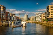 Sandtorhafen In Der Hafencity Mit Modernen Gebäuden - Wohnen Und Arbeiten Am Wasser