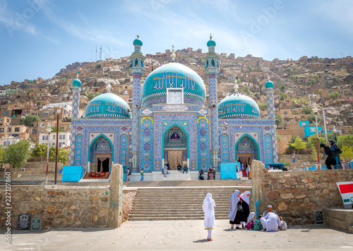 Fotografia  Kabul Afghanistan city scape skyline, mosque and Kabul hills mountains with hous