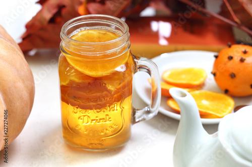 Jesienna herbata z pomarańczą i goździkami.