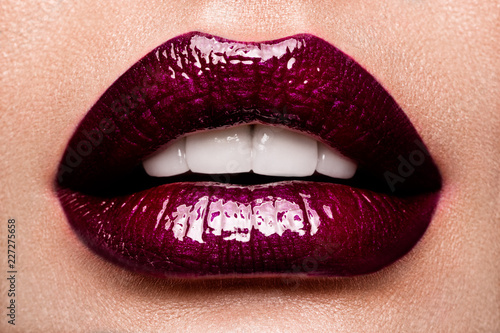 Autocollant pour porte Fashion Lips Beautiful female with red shiny lips close up, like a cherry