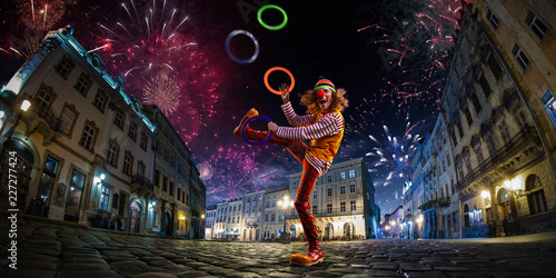 Valokuva Night street circus performance whit clown, juggler
