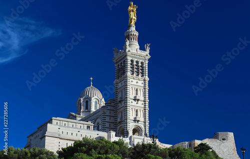 Papiers peints Con. ancienne The historic basilica Notre Dame de la Garde of Marseille in South France .