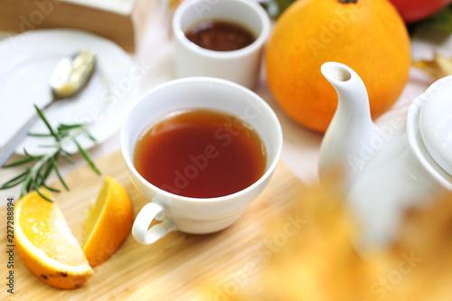 Fototapeta Ziołowa herbata z pomarańcza i rozmarynem. obraz
