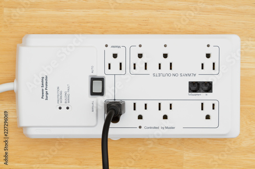 Foto  A power surge protector on wood