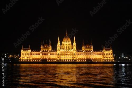 Parlamento de Budapest iluminado.