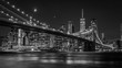 Leinwanddruck Bild - Brooklyn Bridge in New York mit Manhattan Skyline bei Nacht in schwarz/weiß