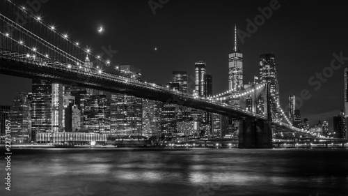 Tuinposter Brooklyn Bridge Brooklyn Bridge in New York mit Manhattan Skyline bei Nacht in schwarz/weiß