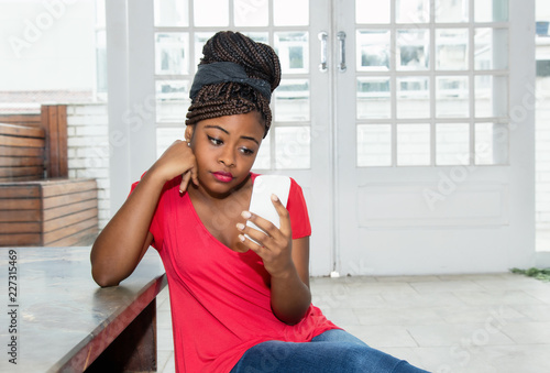 Fotografía  Lonely and sad african american woman waiting for message