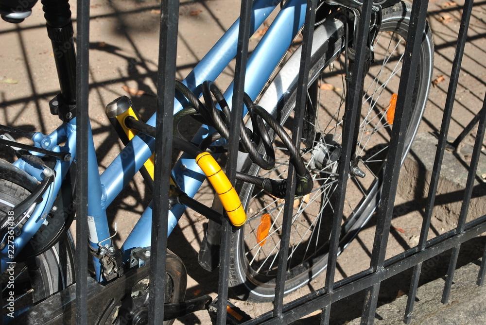 Fototapeta Rower zabezpieczony przed kradzieżą