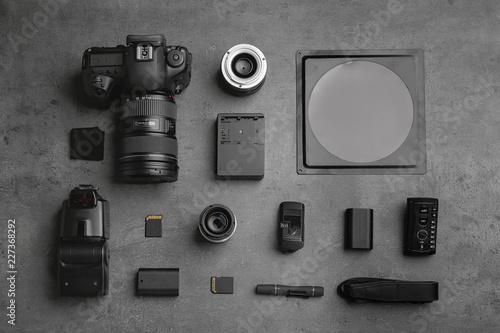 Fotografía  Flat lay composition with photographer's equipment and accessories on grey backg